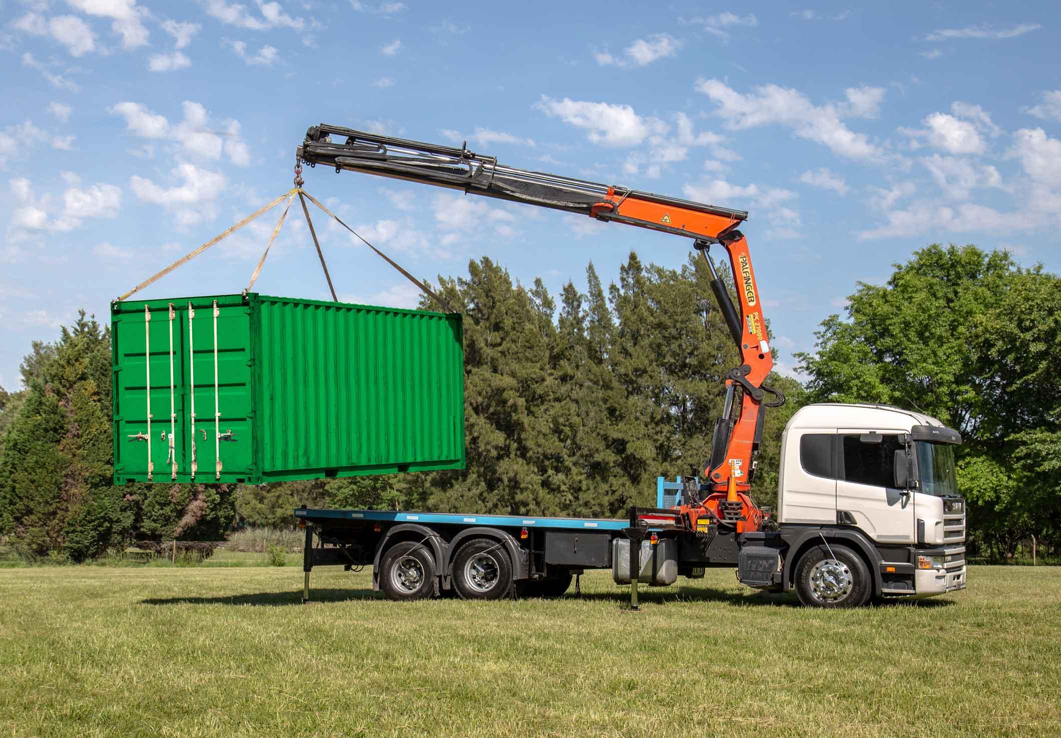 Camion con hidrogrua y container