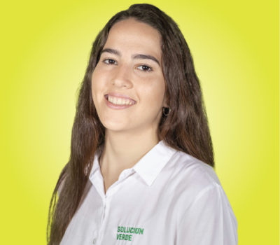 Retrato mujer fondo amarillo camisa giuliana