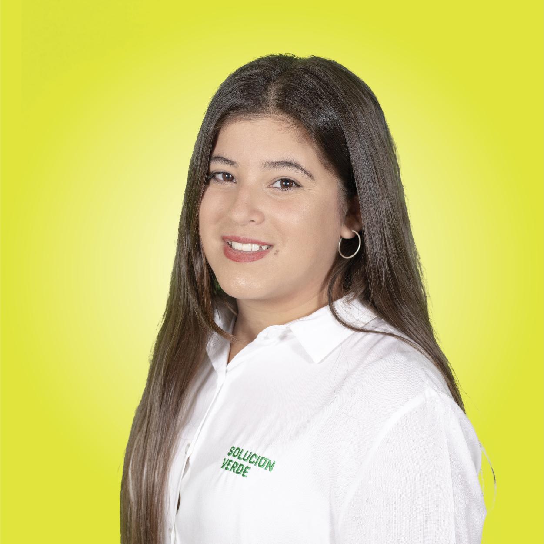 Retrato mujer fondo amarillo camisa camila