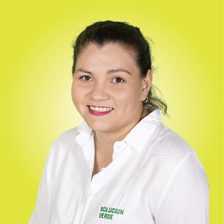 Retrato mujer fondo amarillo camisa alejandra